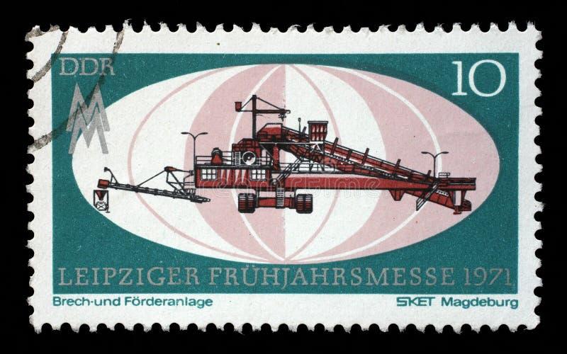 在GDR打印的邮票显示击碎和传动机厂,马格德堡,莱比锡市场 免版税库存照片