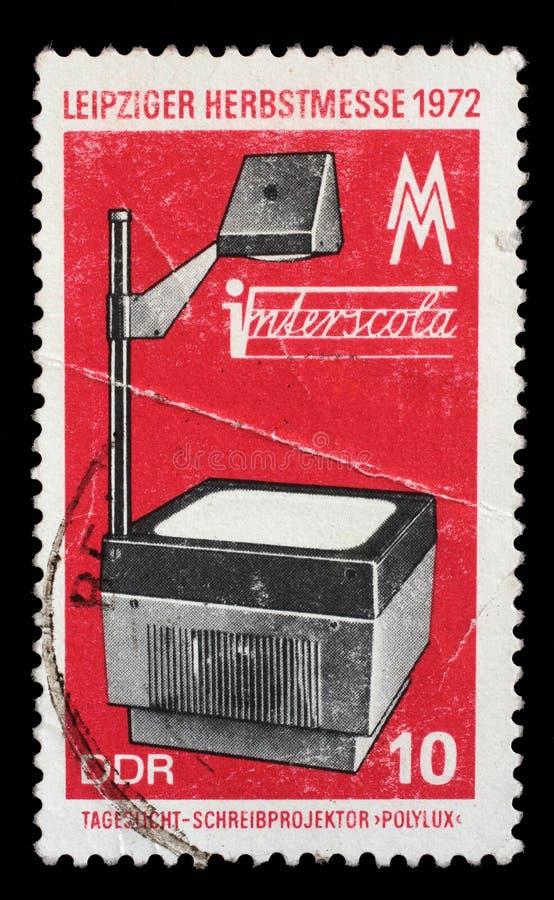 在GDR打印的邮票显示字幕片放映机,莱比锡秋天市场 免版税库存图片