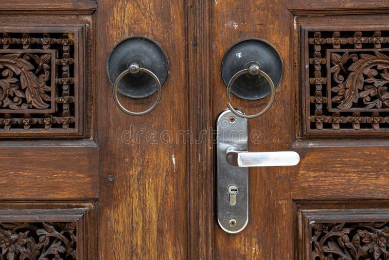 在Gebyok的古老环形的门把手 库存照片