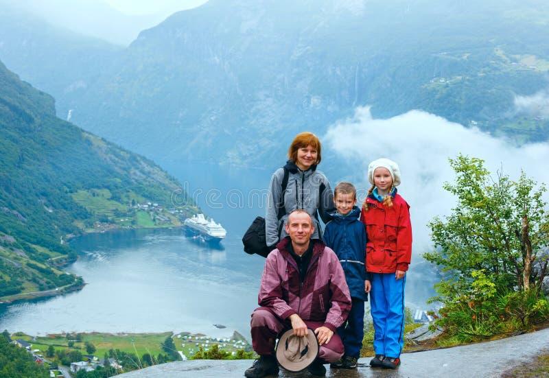 在Geiranger海湾(Norge)上的家庭 免版税库存照片