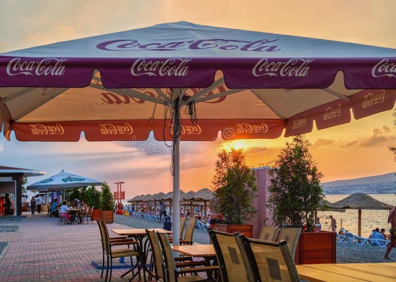 在Gelendzhik手段,黑海海岸, Gelendzhik,俄罗斯沿海岸区的小caffee在日落的 图库摄影