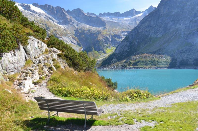 在Gelmer湖附近的长凳 库存图片