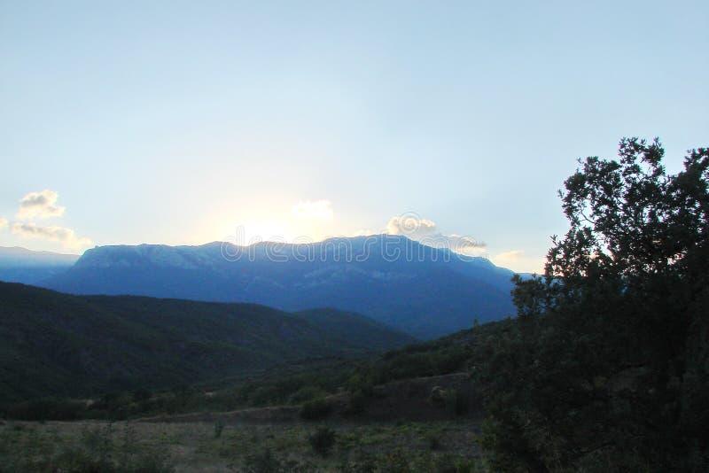 在Generalskoye附近村庄的山土坎在克里米亚半岛半岛的 乌克兰 克里米亚半岛山脉, wi的风景 库存图片