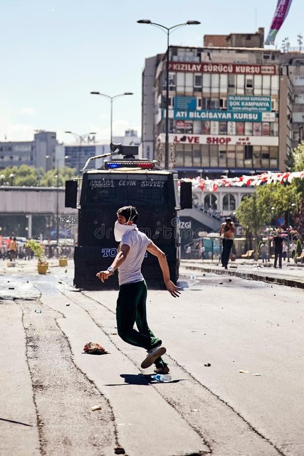 在Gezi公园抗议在安卡拉,Kizilay广场,土耳其期间,设法的抗议者从警察高压水炮逃脱 免版税库存图片