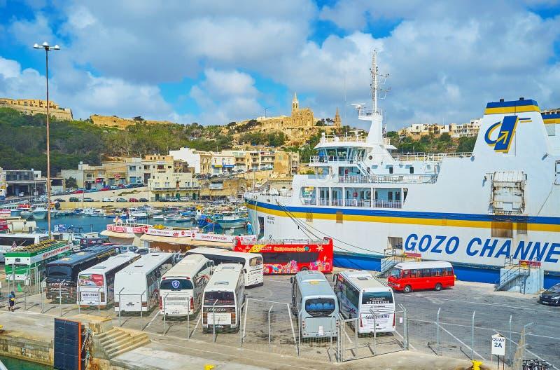 在Ghajnsielem,戈佐岛,马耳他轮渡码头的游览车  免版税图库摄影