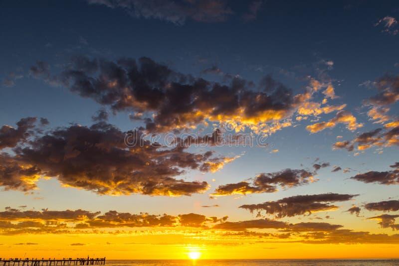 在Glenelg海滩,阿德莱德,澳大利亚的壮丽落日海景 图库摄影