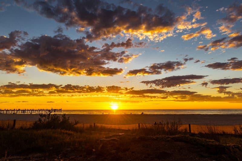 在Glenelg海滩,阿德莱德,澳大利亚的壮丽落日海景 免版税库存图片