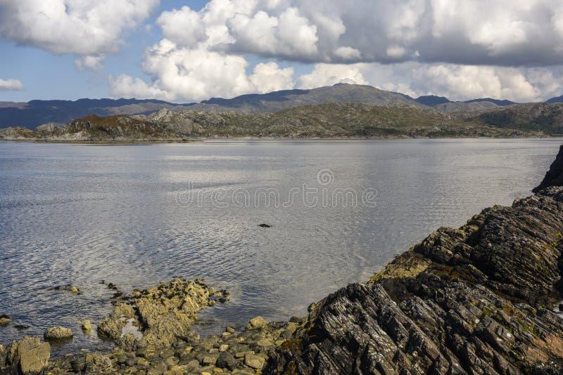 在Glenfinnan在西北苏格兰高地,苏格兰,英国附近的岩石狂放的海岸线 免版税图库摄影