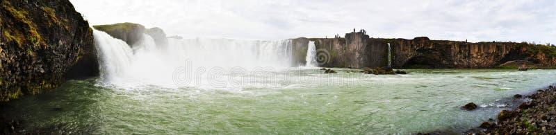 在Godafoss瀑布的全景从东部边界顺流 Bardaldalur区在冰岛 免版税库存照片