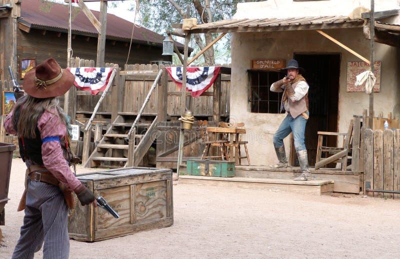 在Goldfield鬼城的进行的枪战 免版税库存照片