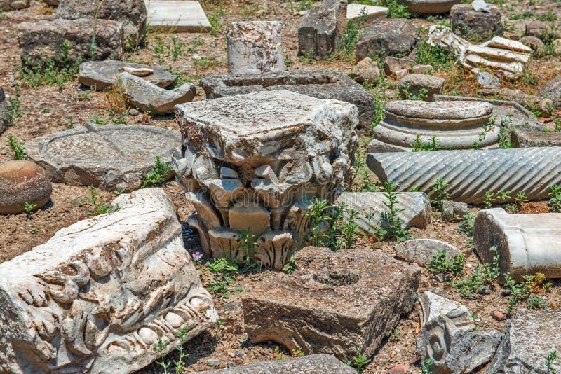 在Gortyna考古学站点,克利特,希腊的石片段 免版税库存照片