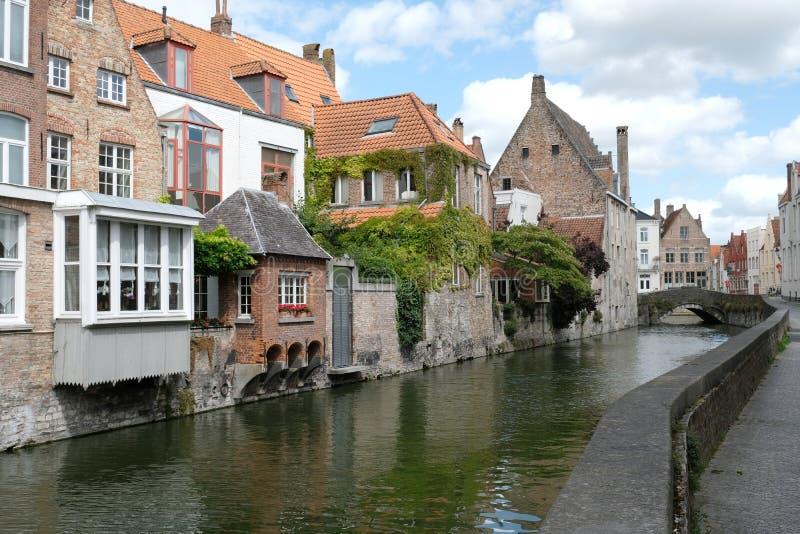 在Goudenhandrei,布鲁日,比利时安置俯视的运河 免版税库存照片