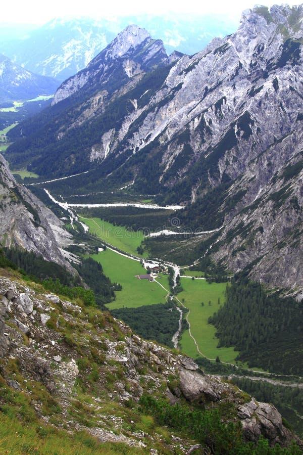 在gramai阿尔卑斯的谷的看法欧洲阿尔卑斯的karwendel山的 免版税图库摄影