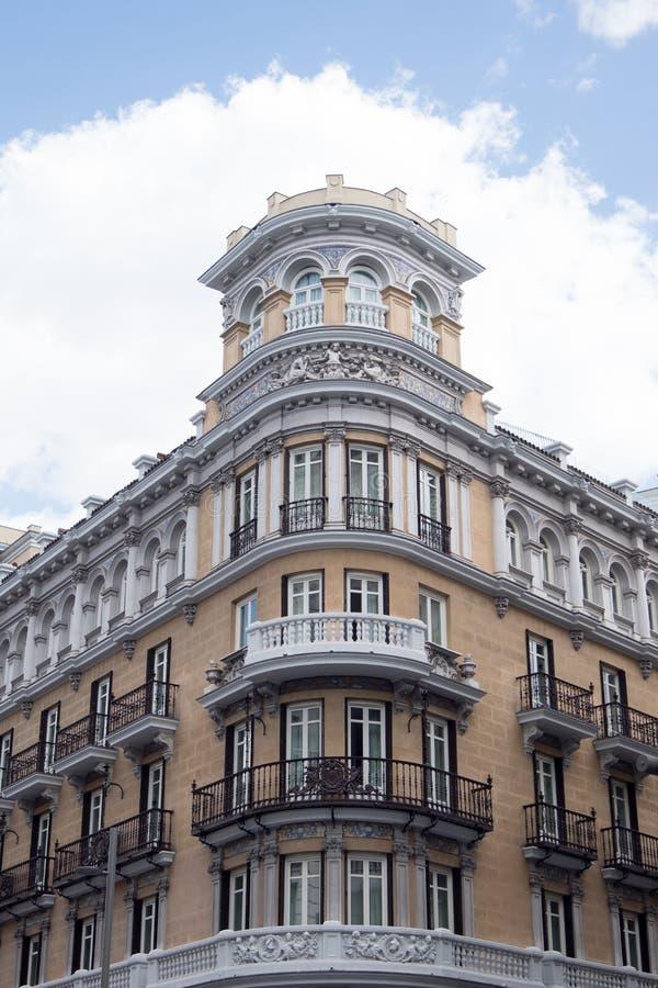 在Gran的经典样式大厦通过在马德里 库存图片