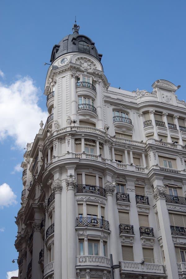 在Gran的经典样式大厦通过在马德里 免版税库存图片