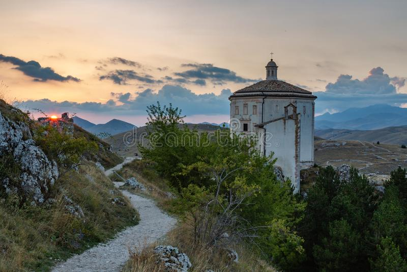在Gran Sasso - Rocca卡拉肖AQ的日落 免版税图库摄影