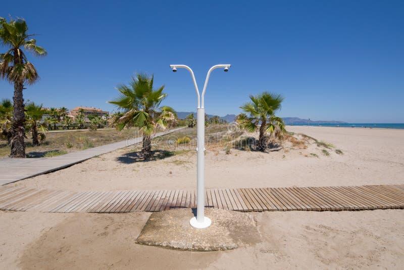 在Grao海滩的公众阵雨  图库摄影