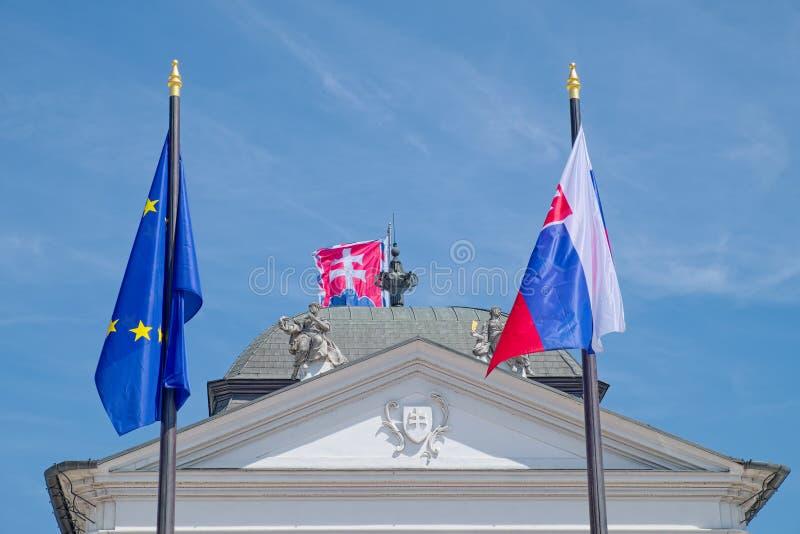 在Grassalkovich宫殿,布拉索夫的旗子 免版税库存照片