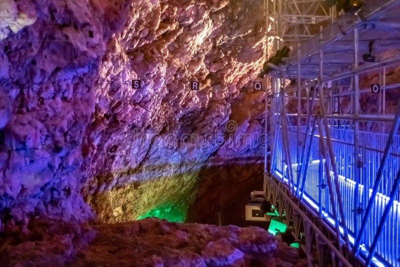 在grotte du lazaret里面的五颜六色的考古学显示 库存图片