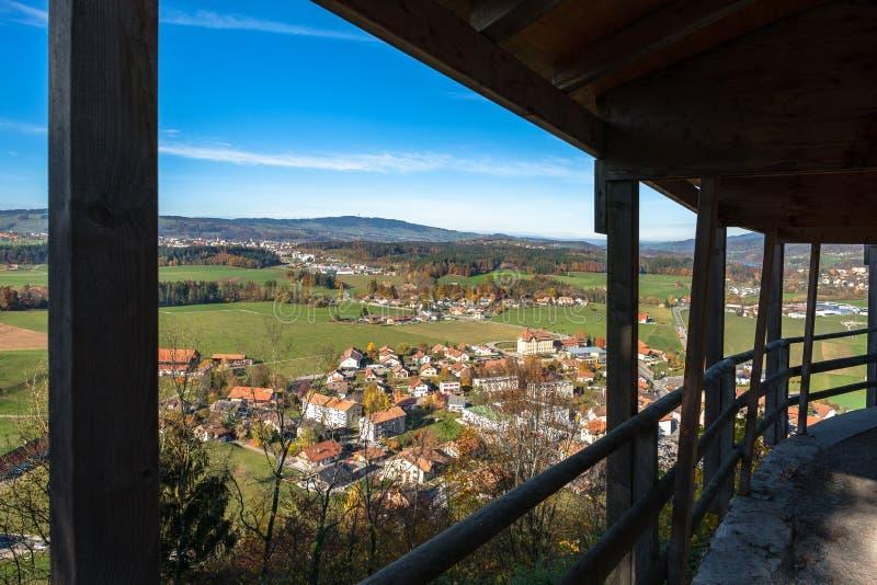 在Gruyeres村庄、瑞士和周围的小山的看法在秋天光 图库摄影