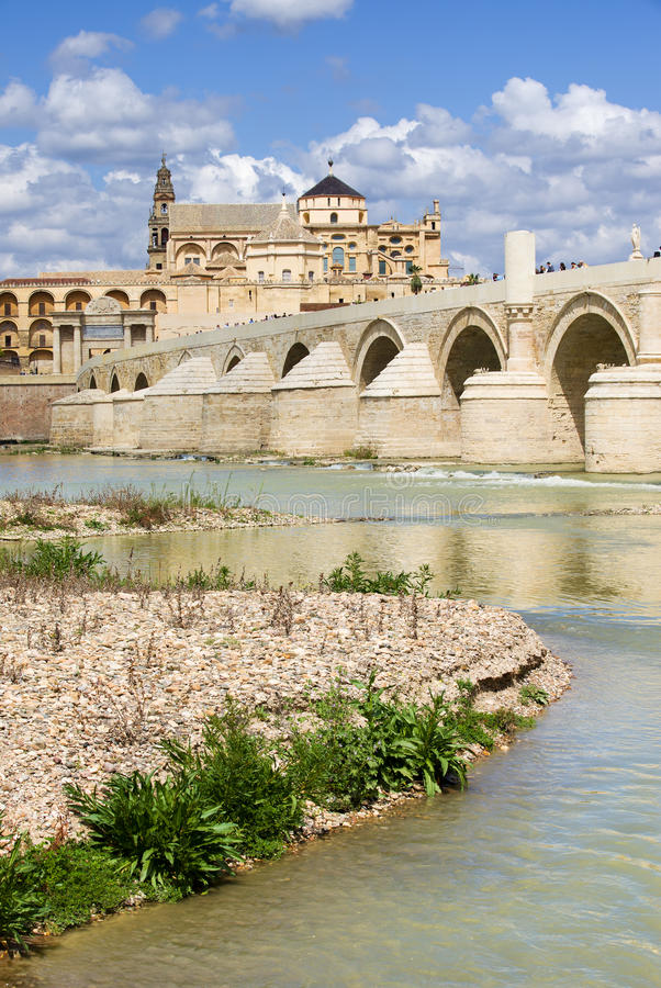在Guadalquivir河的罗马桥梁 图库摄影
