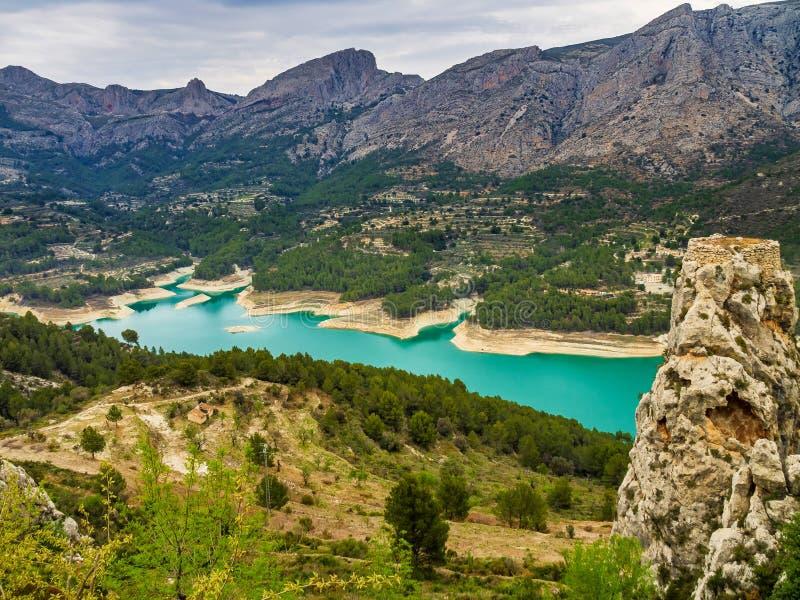 在Guadelest附近,巴伦西亚水库的风景在西班牙 免版税库存照片