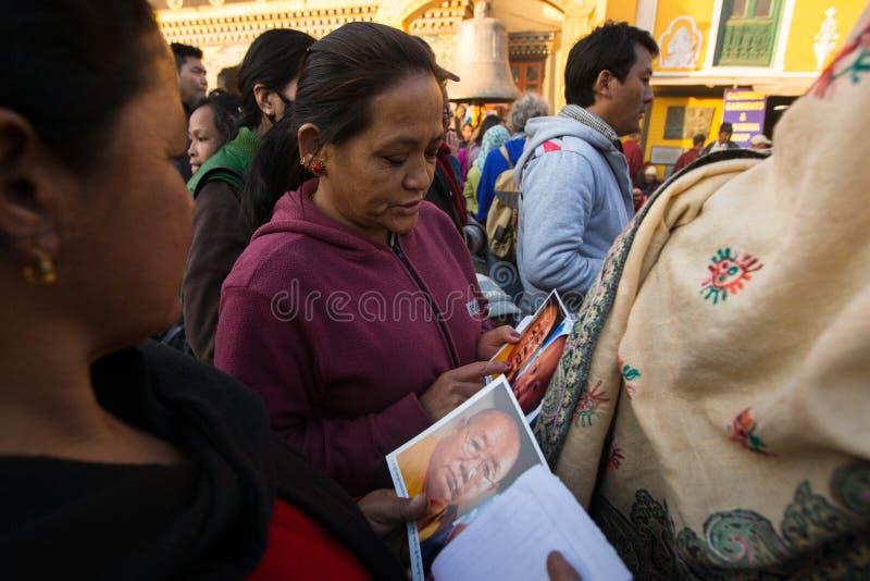 在H.H. Drubwang帕德马罗布仁波切的再生的期间,欢乐Puja佛教香客临近stupa Boudhanath 免版税图库摄影