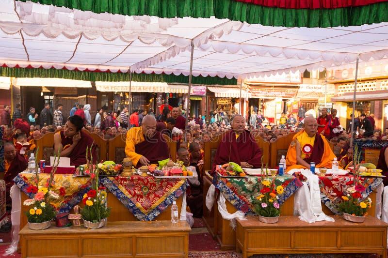 在H.H. Drubwang帕德马罗布仁波切的再生的期间,欢乐Puja和尚临近stupa Boudhanath 免版税库存图片