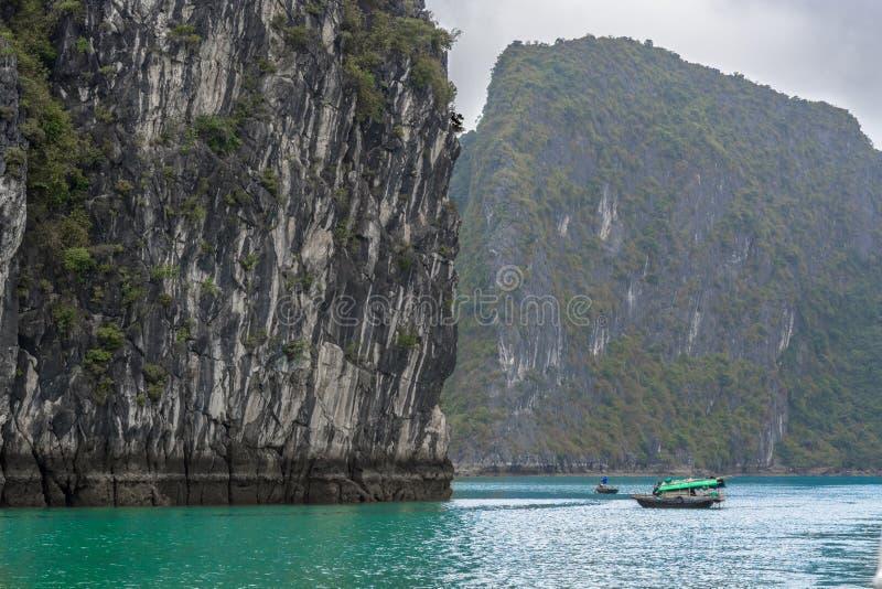在ha长海湾越南的渔夫小船 免版税库存图片