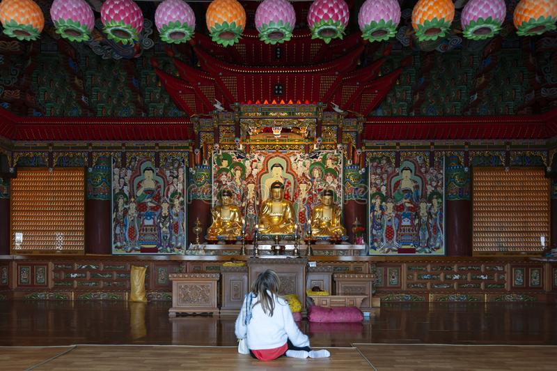 在Haedong里面Yonggungsa、佛教寺庙、地标和吸引力主殿的菩萨图象在釜山,韩国 免版税库存照片