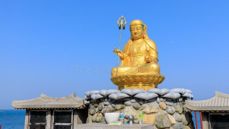 在Haedong Yonggungsa寺庙的菩萨雕象在釜山 库存图片