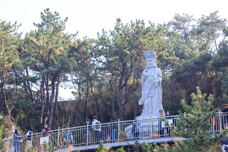 在Haedong Yonggungsa寺庙的菩萨雕象在釜山 库存照片