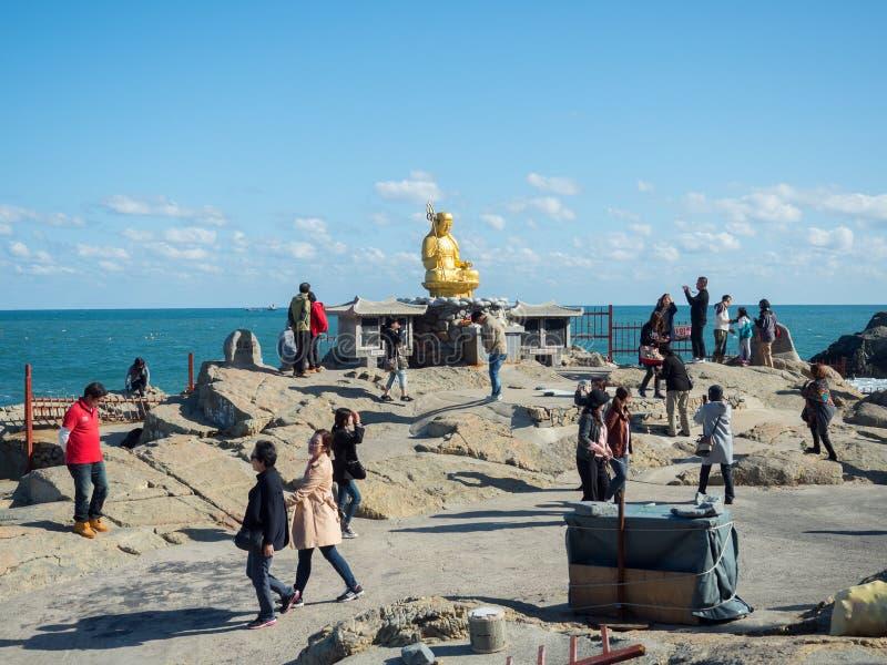 在Haedong Yonggungsa寺庙的金黄菩萨雕象 免版税库存照片