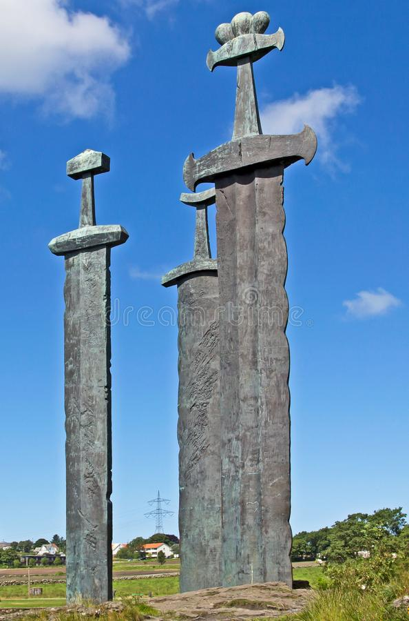 在Hafrsfjord,挪威的巨型古铜色剑雕塑 免版税库存照片