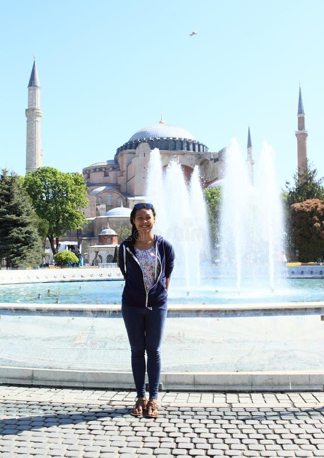 在Hagia索非亚前面的女孩在伊斯坦布尔 免版税库存照片