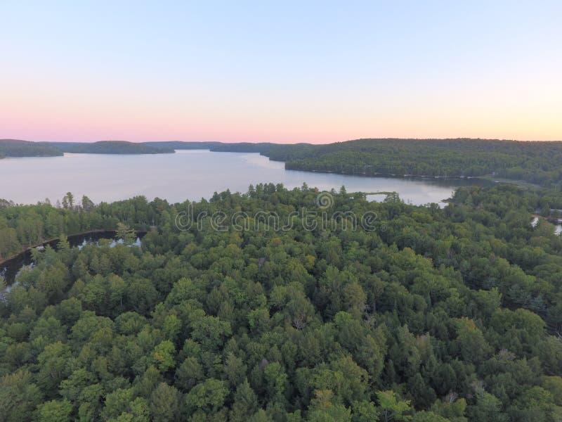 在Haliburton高地的空中湖和森林日落视图 免版税库存图片