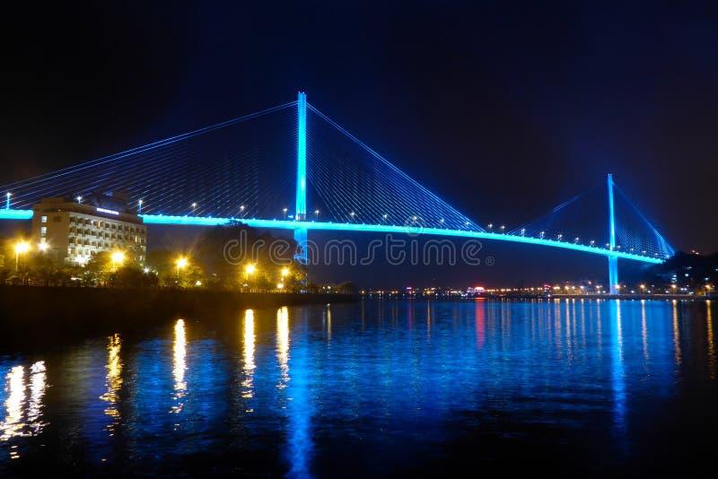 在halong海湾越南的Bai chay桥梁打开了与反射水的蓝色照明设备 库存图片