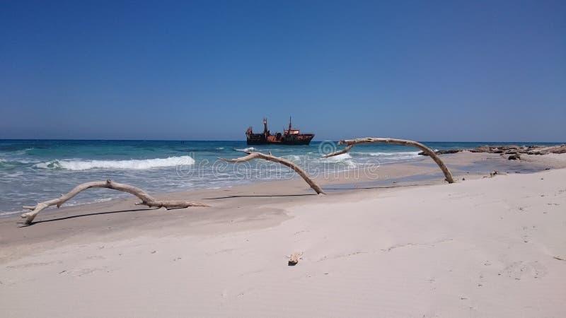 在Hammem El Aghzez附近的被击毁的船 库存照片