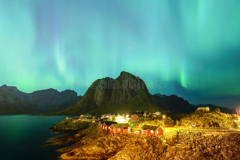 在Hamnoy村庄, Lofoten,挪威的极光 库存照片