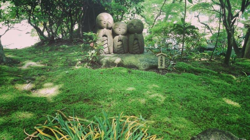 水在Hasedera寺庙镰仓的儿童雕塑 免版税图库摄影