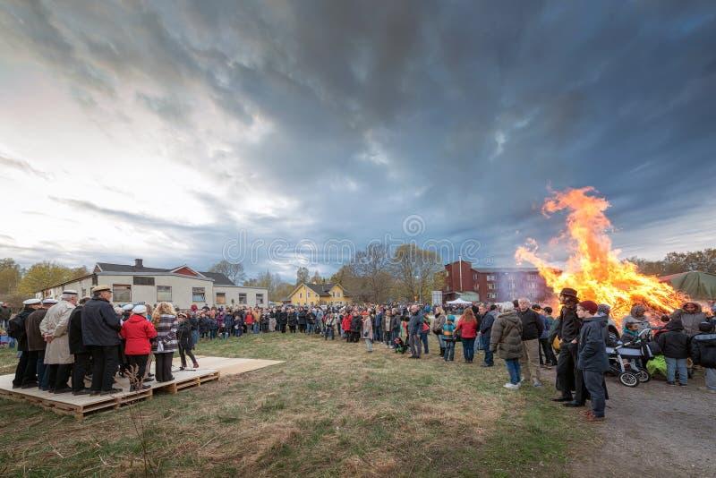 在Haverodal的传统Valborg火有唱诗班的 图库摄影