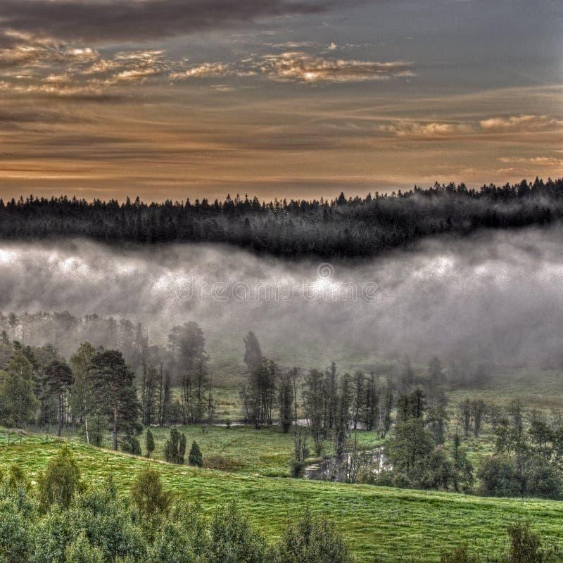 在HDR的山有雾的风景 免版税库存图片