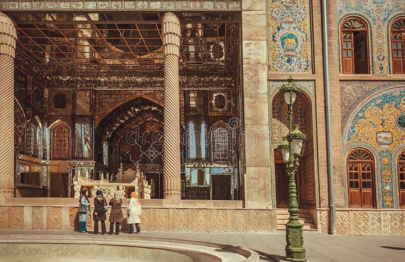在Hijab走通过Golestan宫殿的皇家大阳台的妇女 库存照片