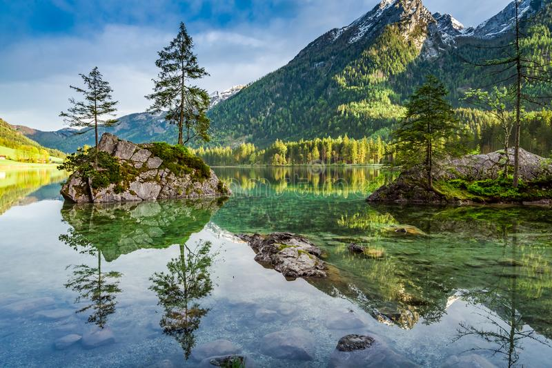 在Hintersee湖的春天日出在阿尔卑斯,德国 免版税库存图片