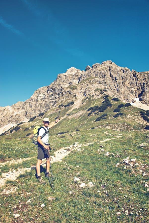在Hochvogel山,奥地利前面的男性远足者 免版税库存图片
