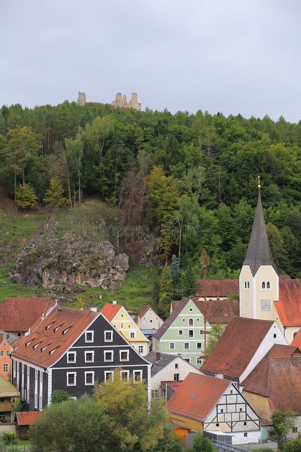 在Hohenburg,上普法尔茨行政区,德国镇的看法  教会、各种各样的大厦在市场附近和城堡废墟能被看见 库存照片