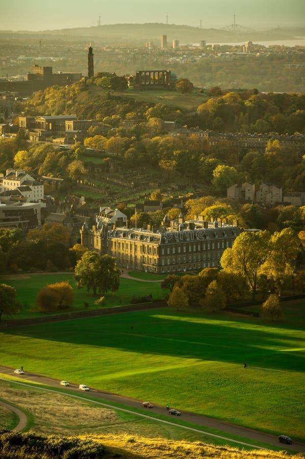 在Holyroodhouse宫殿的惊人的日落  免版税库存图片