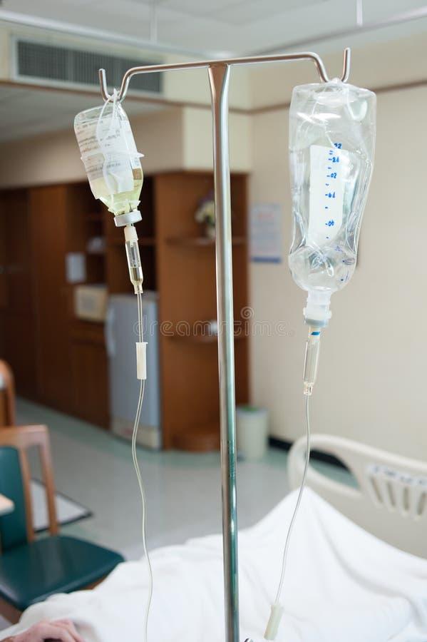 在hospita的病的男性患者的盐水 免版税库存图片