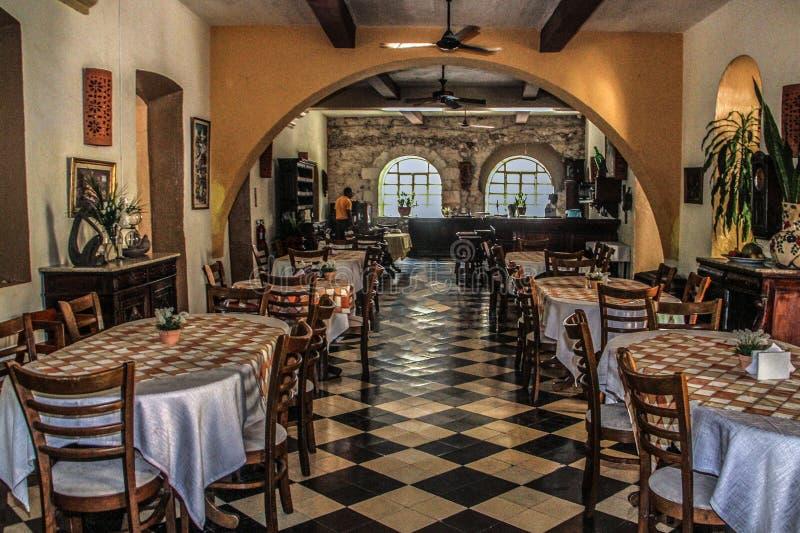 在Hostellerie du在盖帽Haitien,海地的Roi克里斯托夫的室内饭厅 免版税库存照片