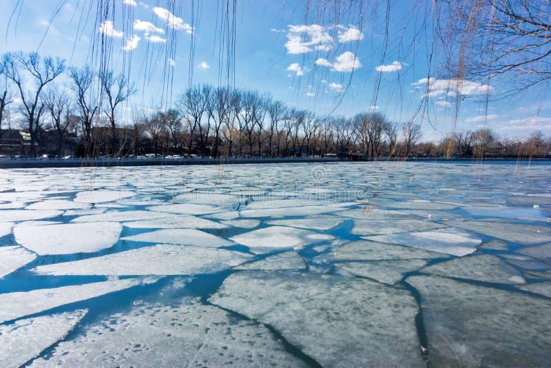 在Houhai湖的残破的冰在北京,中国 图库摄影